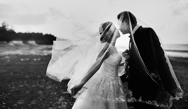 novomanželé pod závojem