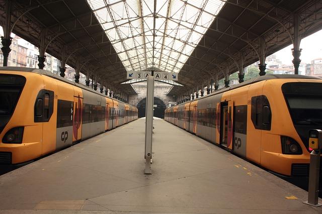 vlaky na železničním nádraží