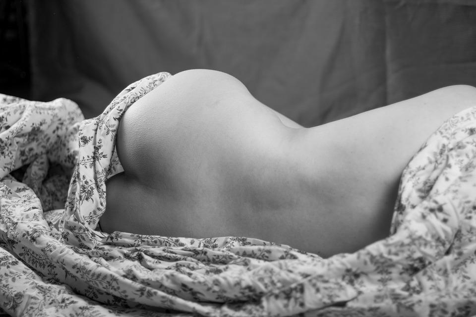 ležící dívka